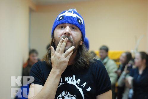Фронтмен «Рубля» уверял журналистов, что курить совершенно безопасно. Фото: Андрей ГРЕБНЕВ