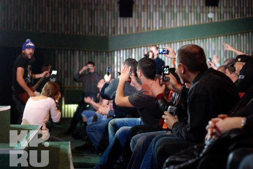 Спустившись со сцены, Сергей Шнуров попал в объективы десятков мобильников. Фото: Андрей ГРЕБНЕВ